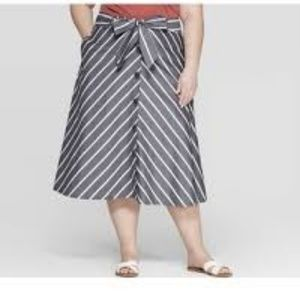 Grey White Midi Skirt w Front Buttons & Cloth Belt